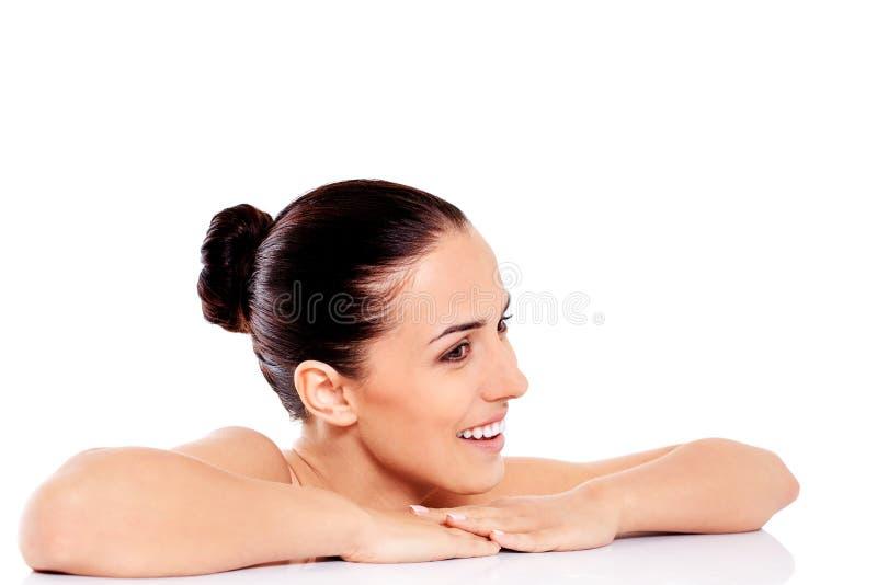 Porträt der lächelnden nackten Frau lokalisiert auf weißem Hintergrund lizenzfreie stockfotografie
