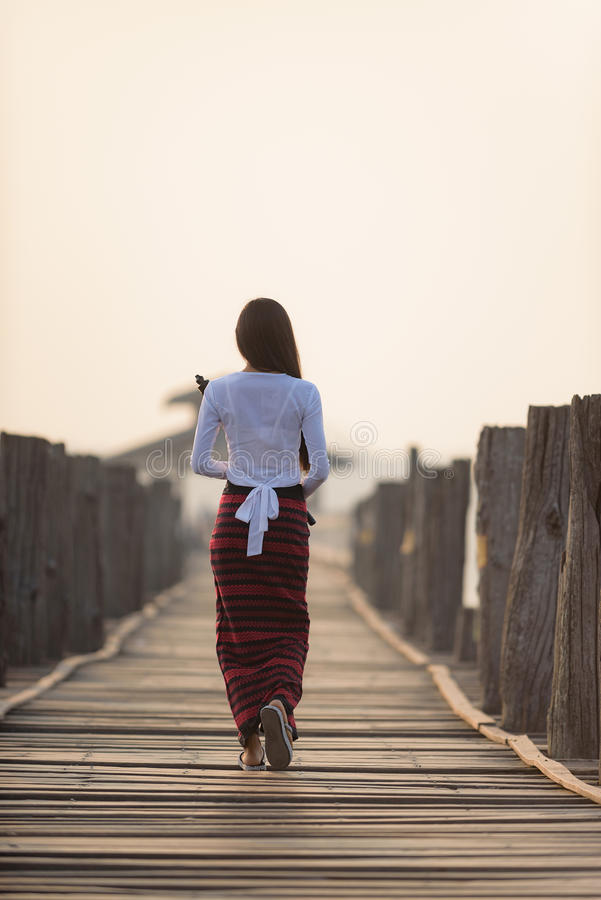 Porträt der lächelnden schönen jungen birmanischen Frau stockbild