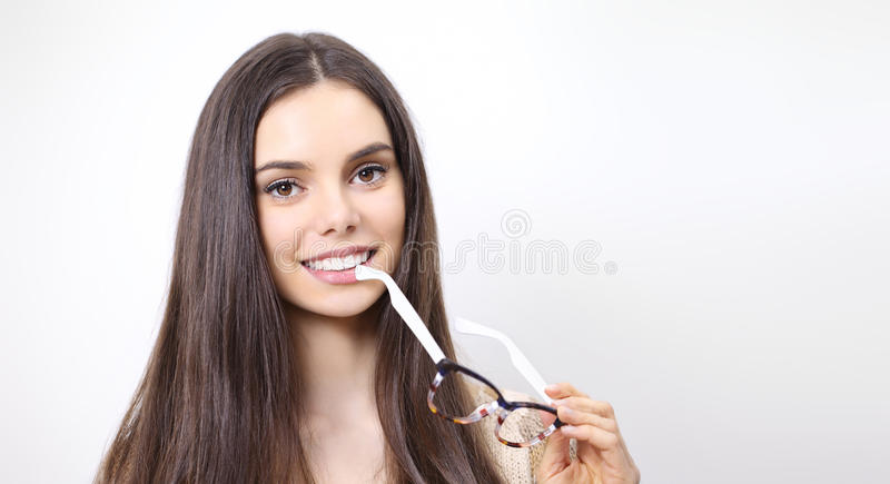 Porträt der lächelnden Schönheit mit Isolator der Schauspiele in der Hand lizenzfreie stockfotos