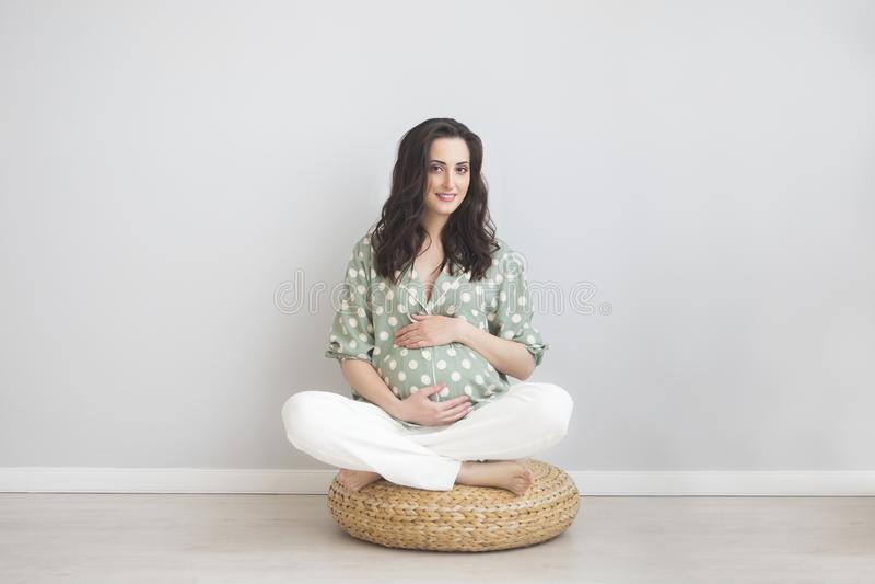 Porträt der lächelnden schwangeren Frau der Junge lizenzfreie stockfotografie