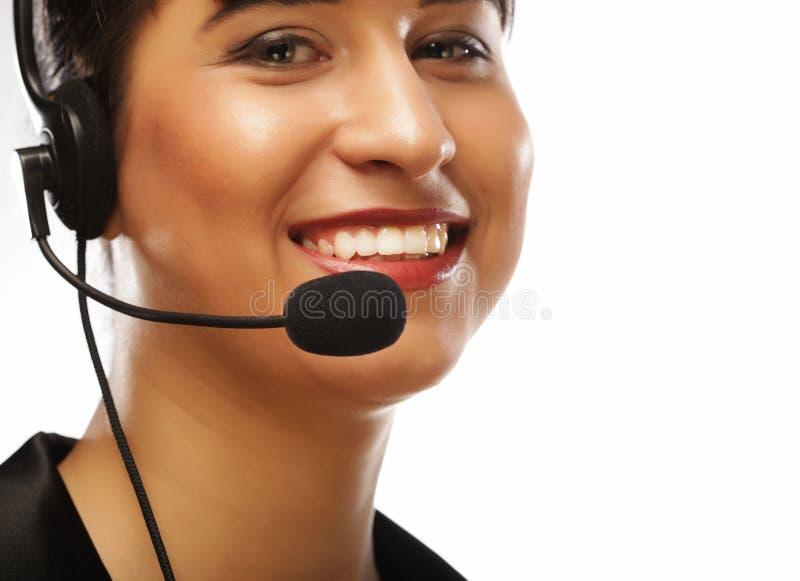 Porträt der lächelnden weiblichen Telefonarbeitskraft der Kundenbetreuung, über w stockfotografie