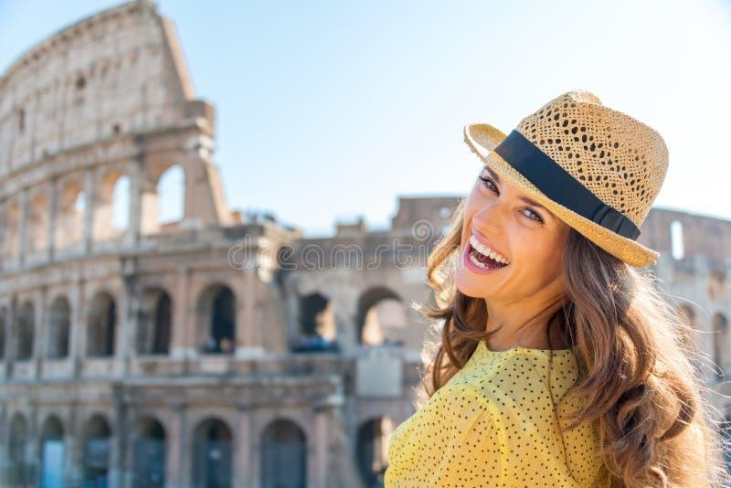 Porträt der lachenden Frau bei Colosseum in Rom im Sommer stockfotos