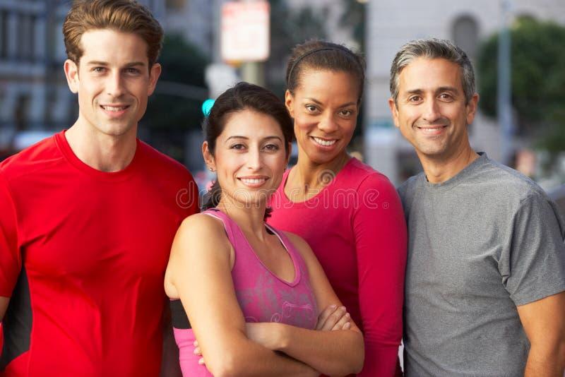 Porträt der laufenden Gruppe auf städtischer Straße stockbilder