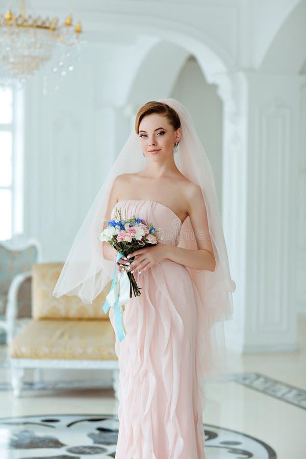Porträt in der leichten sinnlichen schönen blonden Braut des vollen Wachstums herein stockfoto
