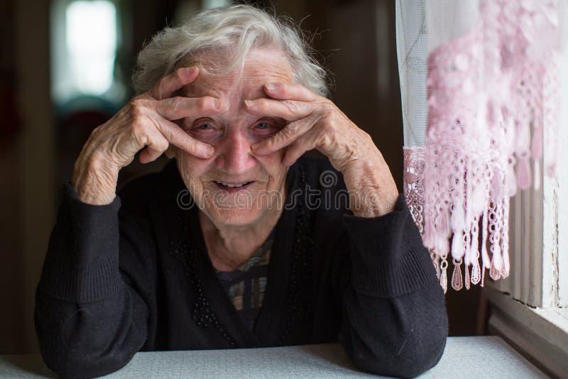 Porträt der lustigen älteren Frau glück stockbilder