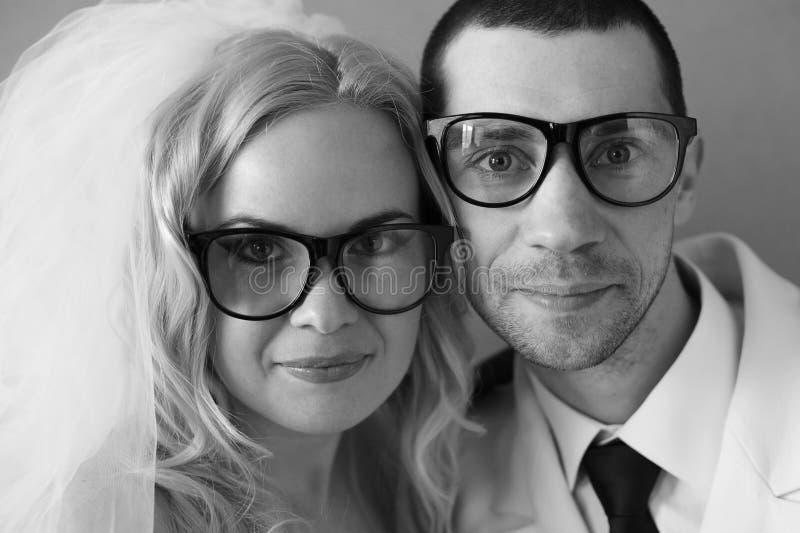Porträt der lustigen hübschen Hippie-Familie (Braut und Bräutigam) stockfotos