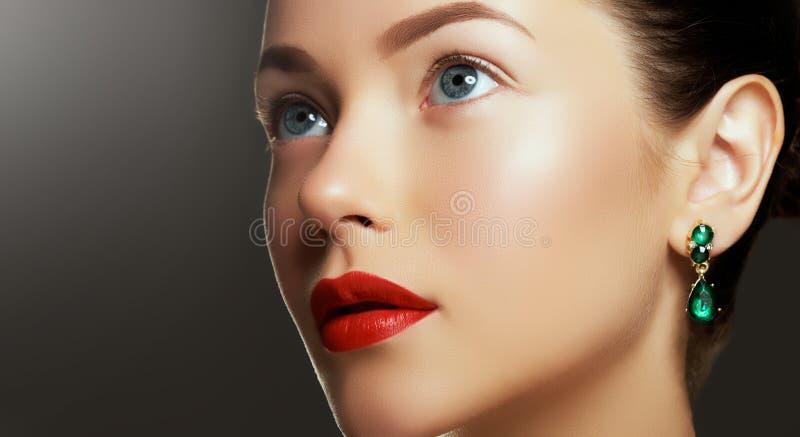 Porträt der Luxusfrau mit Schmuck Modell in den teuren Ohrringen stockbild