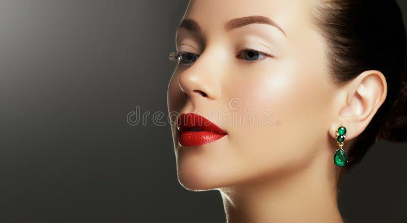 Porträt der Luxusfrau mit Schmuck Modell in den teuren Ohrringen lizenzfreie stockbilder