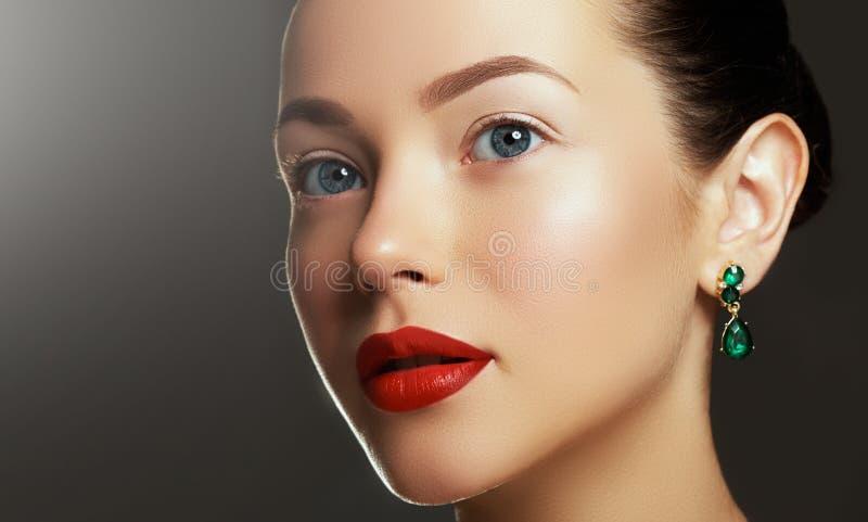 Porträt der Luxusfrau mit Schmuck Modell in den teuren Ohrringen lizenzfreies stockfoto