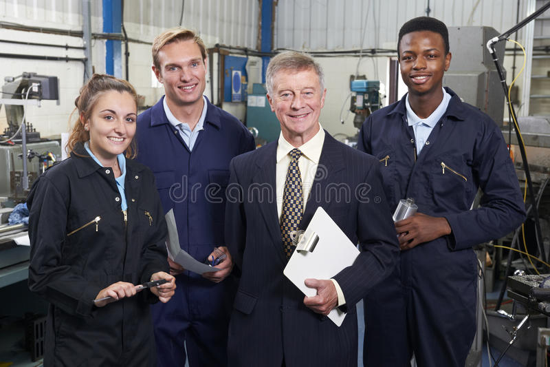 Porträt der Manager-And Staff In-Technik-Fabrik lizenzfreies stockfoto