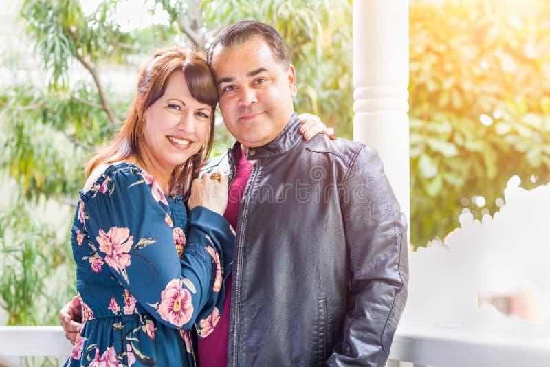 Porträt der Mischrasse-kaukasischen Frau und des hispanischen Mannes lizenzfreie stockfotografie