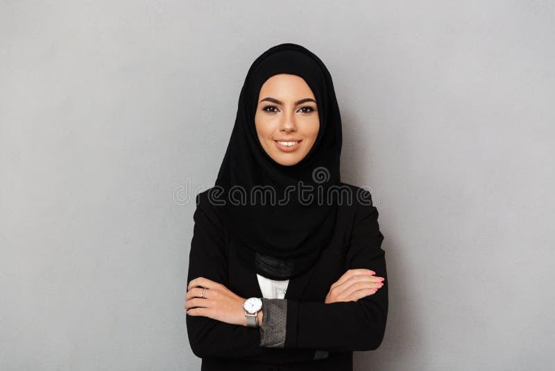 Porträt der moslemischen eleganten Frau 20s im schwarzen traditionellen clothi stockfotos