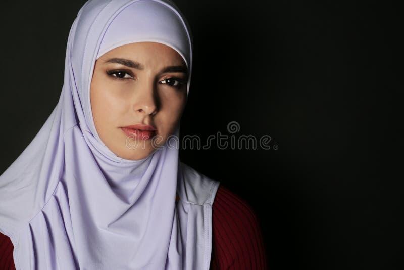 Porträt der moslemischen Frau im hijab lizenzfreies stockfoto