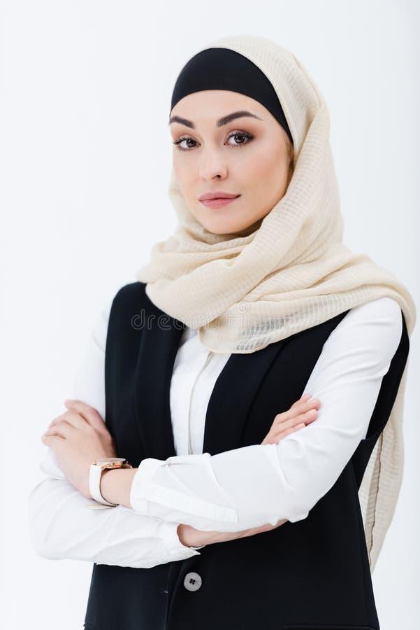 Porträt der moslemischen Geschäftsfrau mit den Armen gekreuzt lizenzfreie stockfotografie