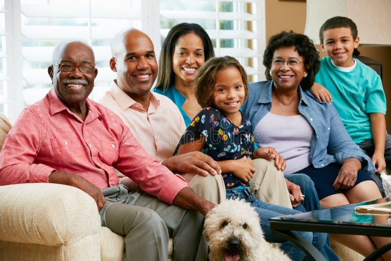 Porträt der multi Generations-Familie lizenzfreie stockfotos