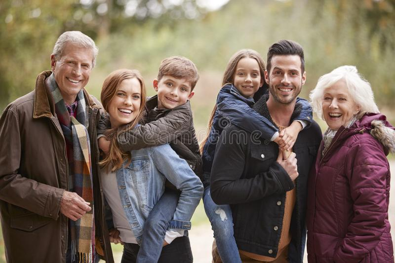 Porträt der multi Generations-Familie auf Autumn Walk In Countryside Together stockbilder