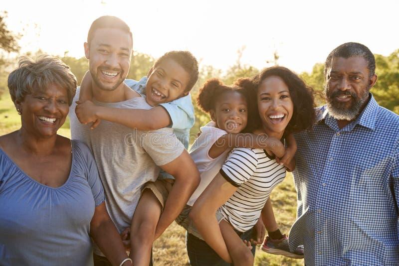 Porträt der multi Generations-Familie, die zusammen Weg im Park genießt stockfotos