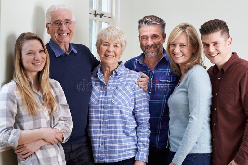 Porträt der multi Generations-Familie zu Hause lizenzfreie stockfotografie