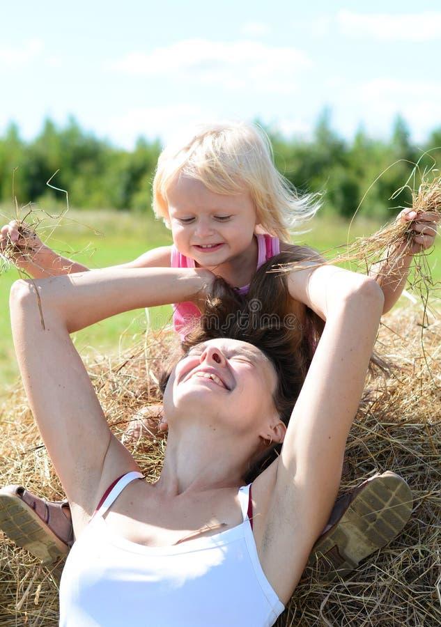 Porträt der Mutter und des Kindes nahe Heuschober stockfoto