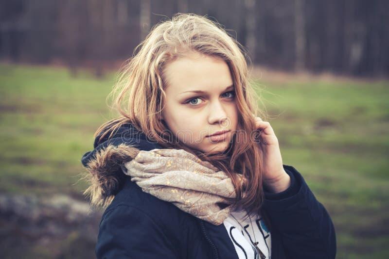 Porträt der Nahaufnahme im Freien der blonden Jugendlichen lizenzfreie stockfotografie