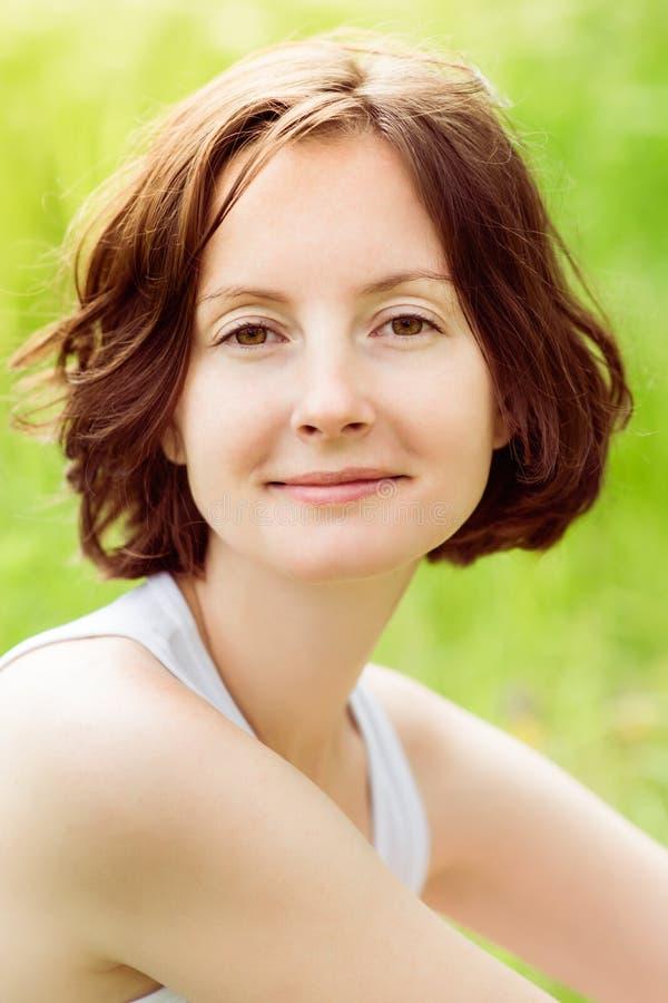 Porträt der Nahaufnahme im Freien der jungen Frau mit dem gelockten Haar lizenzfreies stockbild