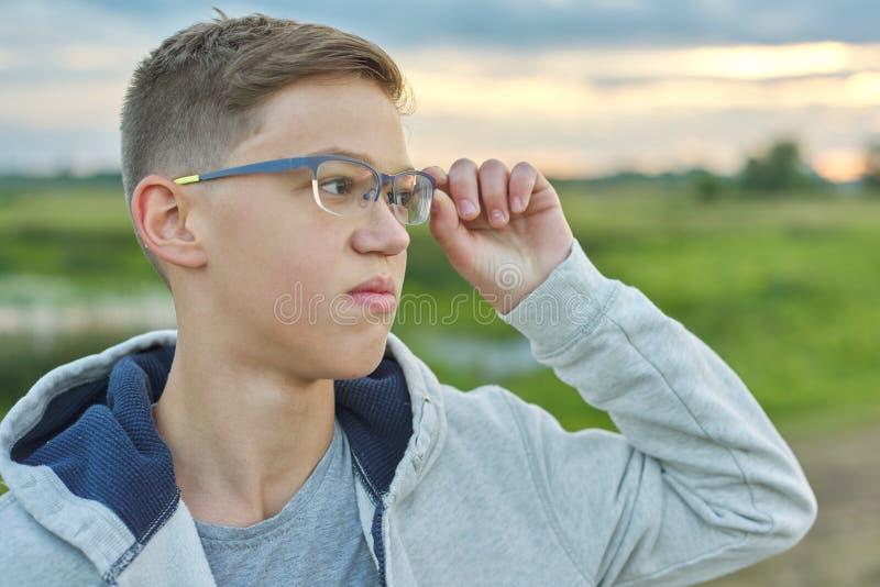 Porträt der Nahaufnahme im Freien des Jungen von 14 Jahren alt mit Gläsern stockbilder