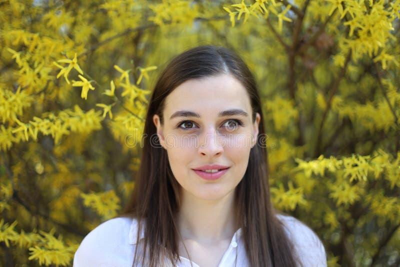 Porträt der natürlichen schauenden Frau lizenzfreies stockbild