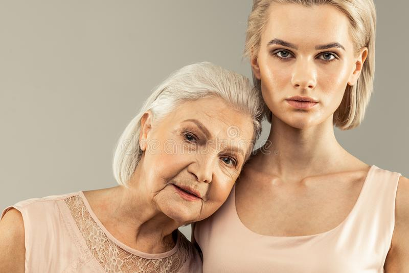 Portr?t der netten angenehmen Mutter und der Tochter lizenzfreies stockfoto