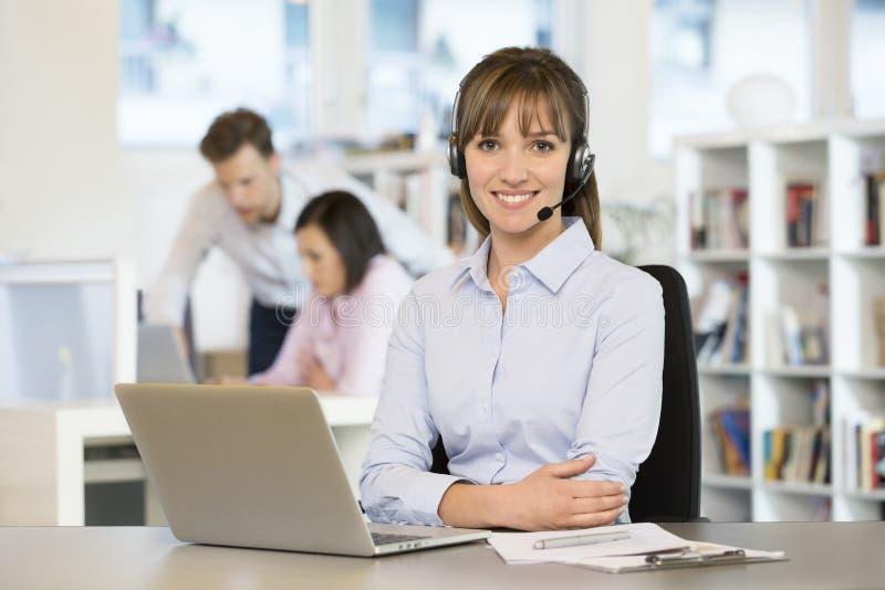 Porträt der netten Geschäftsfrau im Büro am Telefon, Köpfe stockfotos