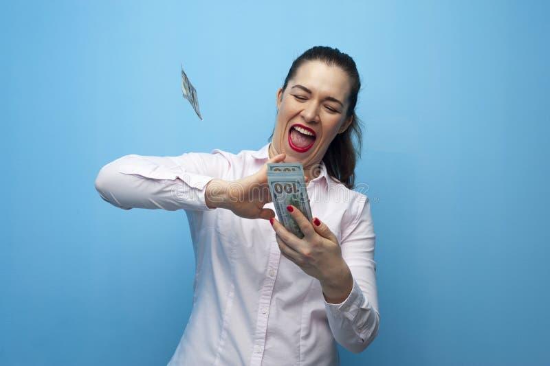 Porträt der netten glücklichen Frau mit Dollar stockfoto