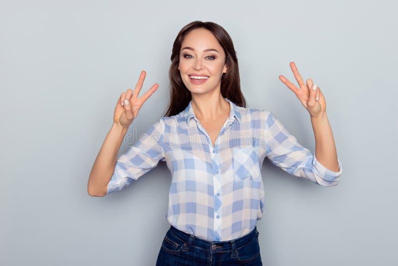 Porträt der netten, hübschen, netten, netten Frau im karierten shir lizenzfreies stockfoto