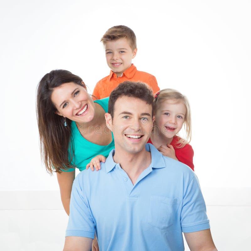 Porträt der netten jungen Familie stockbild