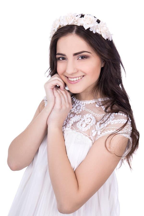 Porträt der netten jungen Frau mit Blumen im Haar lokalisiert auf wh stockfoto