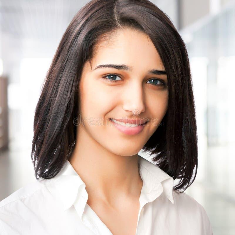 Porträt der netten jungen Geschäftsfrau lizenzfreie stockbilder