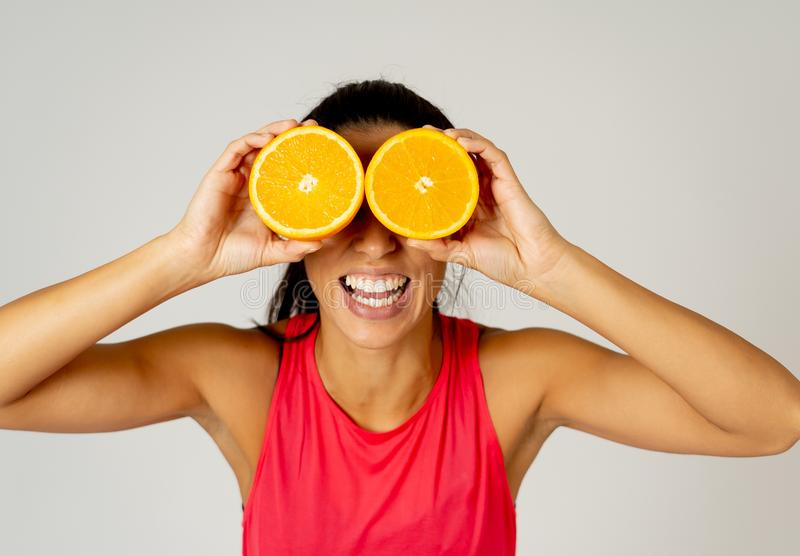 Porträt der netten lustigen und attraktiven Frauenholding schnitt Orange über ihren Augen lizenzfreie stockbilder