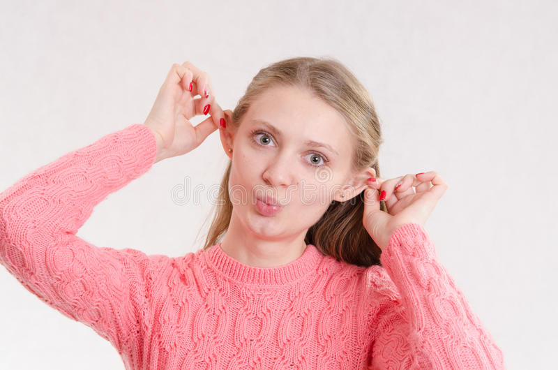 Porträt der netten Mädchengrimasse lizenzfreie stockbilder
