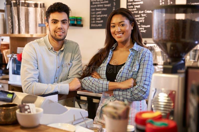 Porträt der Paar-laufenden Kaffeestube zusammen stockbilder