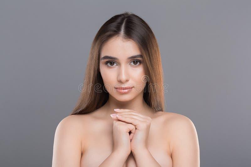 Porträt der perfekten glatten Haut der jungen hübschen Frau stockbilder
