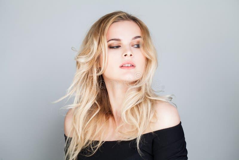 Porträt der perfekten jungen Frau mit dem blonden Haar stockbilder