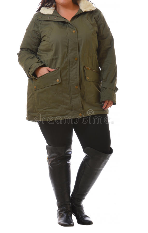 Porträt der Plusgrößenmodellfrau, die dunkelgrünen Wintermantel XXL und die schwarze Legginsaufstellung lokalisiert auf weißem Hi lizenzfreie stockfotos