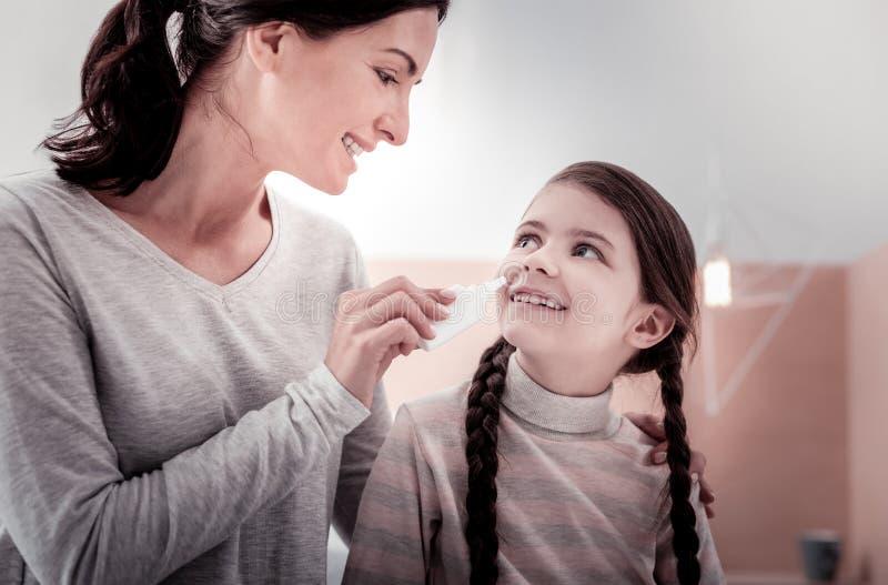 Porträt der positiven Familie nasale Tropfen halten lizenzfreies stockfoto