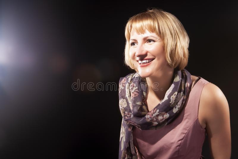 Porträt der positiven optimistischen kaukasischen blonden Frau im rosa Kleid stockfotografie