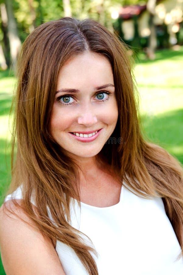 Porträt der prety lächelnden jungen Frau draußen lizenzfreie stockfotos