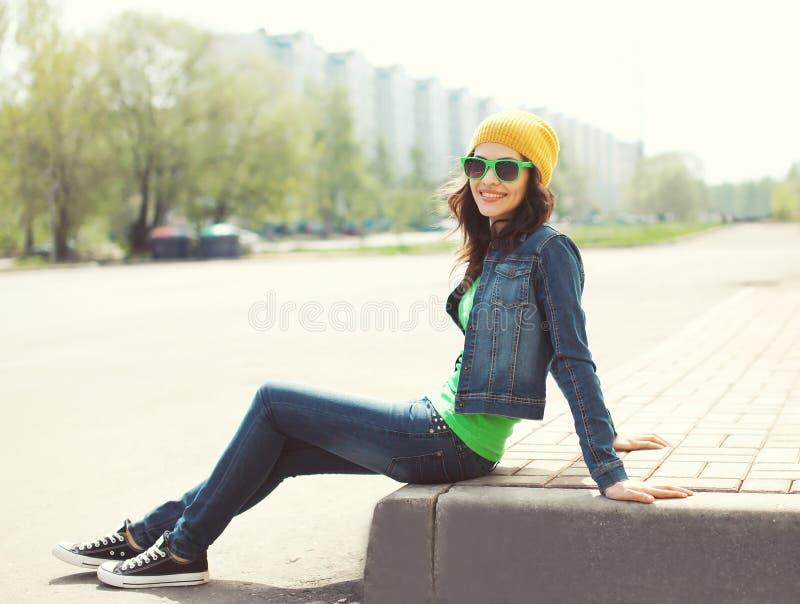 Porträt der recht jungen Frau in der Sonnenbrille und in der Jeanskleidung lizenzfreie stockfotografie