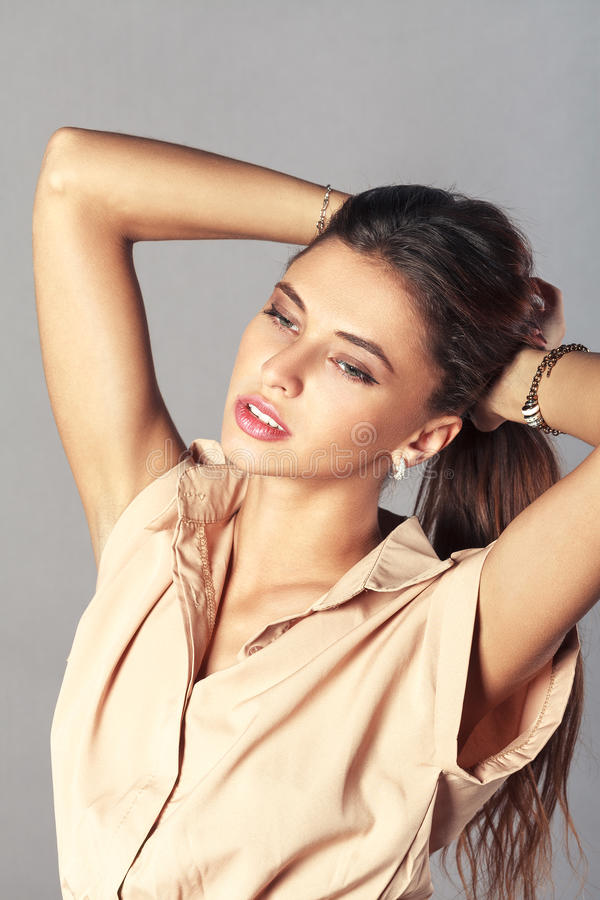 Porträt der recht jungen Frau mit langem Brown-Haar stockbild