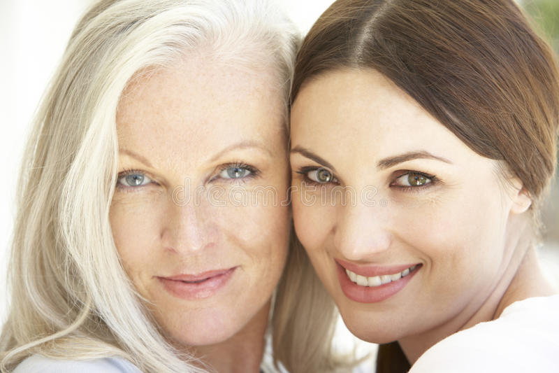 Porträt der reifen Mutter entspannend mit herangewachsener Tochter stockbilder