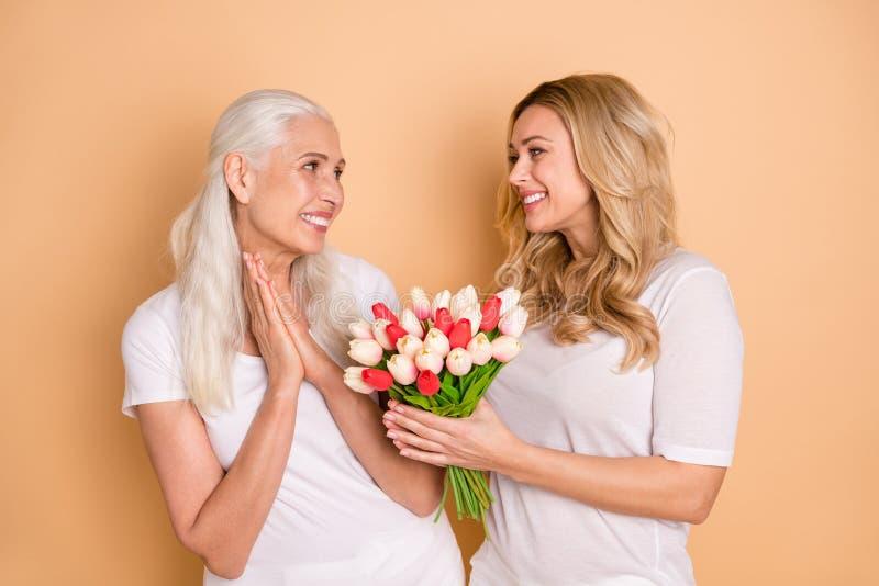 Porträt der reizend schönen gelockten grauen Haarschnittperson, blühenden Jahrestag des Grußes am 8. März zu empfangen glauben, d lizenzfreie stockbilder
