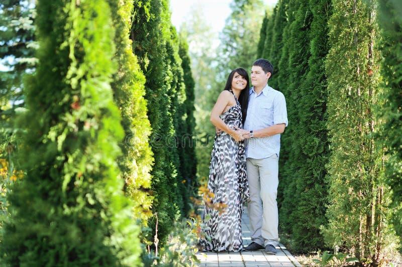 Download Porträt Der Romantischen Paare In Einem Garten Stockbild - Bild von nett, männer: 26358087