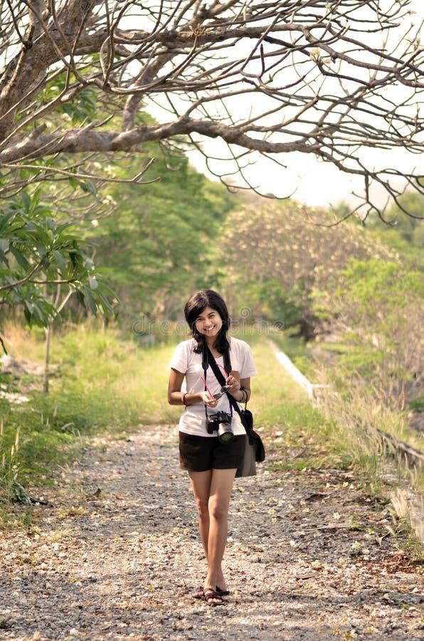 Porträt der süßen jungen Frau, die gegen schöne Natur I lächelt stockfoto