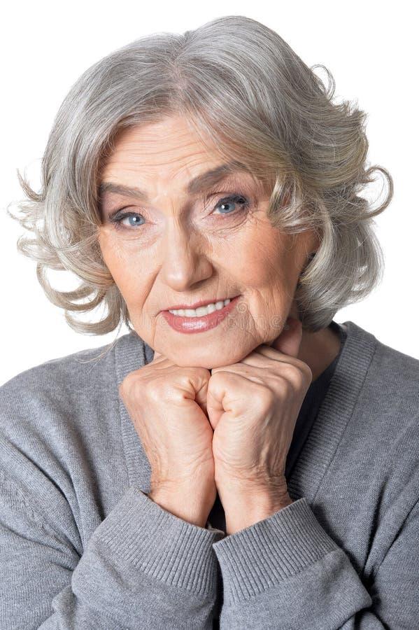 Porträt der schönen älteren Frau, die auf weißem Hintergrund aufwirft lizenzfreie stockfotos